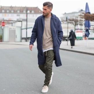 Olivgrüne Chinohose kombinieren: trends 2020: Tragen Sie einen dunkelblauen Mantel und eine olivgrüne Chinohose für Drinks nach der Arbeit. Fühlen Sie sich mutig? Komplettieren Sie Ihr Outfit mit hellbeige Segeltuch niedrigen Sneakers.