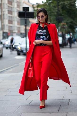 Wie kombinieren: roter Mantel, schwarzes bedrucktes T-Shirt mit einem Rundhalsausschnitt, rote Anzughose, rote Wildleder Pumps