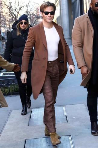 Wie kombinieren: brauner Mantel, weißes T-Shirt mit einem Rundhalsausschnitt, braune vertikal gestreifte Anzughose, olivgrüne Chelsea-Stiefel aus Wildleder