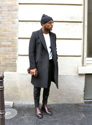 Dunkelgraue Anzughose kombinieren: Kombinieren Sie einen dunkelgrauen Mantel mit einer dunkelgrauen Anzughose für eine klassischen und verfeinerte Silhouette. Dunkelrote Lederformelle stiefel fügen sich nahtlos in einer Vielzahl von Outfits ein.