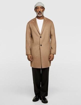 Schwarze Anzughose kombinieren: trends 2020: Kombinieren Sie einen camel Mantel mit einer schwarzen Anzughose für eine klassischen und verfeinerte Silhouette. Fühlen Sie sich ideenreich? Komplettieren Sie Ihr Outfit mit schwarzen Leder Derby Schuhen.