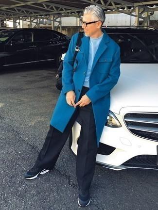 Dunkelblaue Sportschuhe kombinieren: trends 2020: Paaren Sie einen blauen Mantel mit einer schwarzen Anzughose, um vor Klasse und Perfektion zu strotzen. Fühlen Sie sich mutig? Vervollständigen Sie Ihr Outfit mit dunkelblauen Sportschuhen.