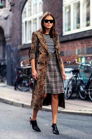 Wie kombinieren: brauner Mantel mit Leopardenmuster, weißes und schwarzes horizontal gestreiftes T-Shirt mit einem Rundhalsausschnitt, grauer Bleistiftrock mit Schottenmuster, schwarze Leder Pantoletten