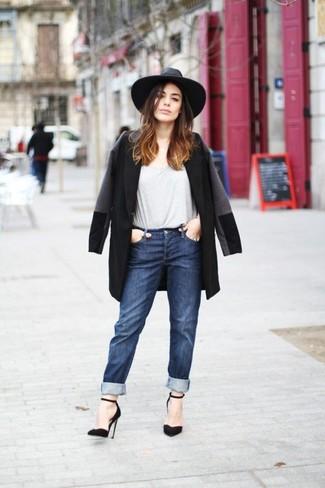 Wie kombinieren: schwarzer Mantel, graues T-Shirt mit einem Rundhalsausschnitt, dunkelblaue Boyfriend Jeans, schwarze Wildleder Pumps