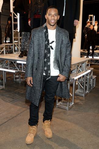 Wie kombinieren: dunkelgrauer Mantel mit Fischgrätenmuster, weißes und schwarzes bedrucktes T-Shirt mit einem Rundhalsausschnitt, schwarze Chinohose, beige Wildlederarbeitsstiefel