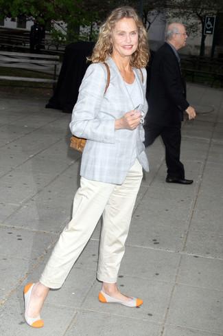 Wie kombinieren: grauer Mantel mit Schottenmuster, graues T-Shirt mit einem Rundhalsausschnitt, hellbeige Chinohose, orange Leder Ballerinas