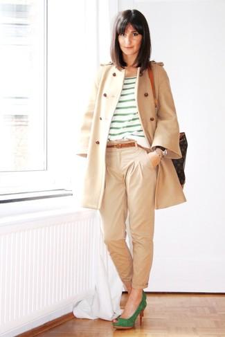 Hellbeige Mantel kombinieren – 540+ Damen Outfits: Um einen Alltags-Look zu erzeugen, können Sie einen hellbeige Mantel und eine hellbeige Chinohose kombinieren. Dieses Outfit passt hervorragend zusammen mit grünen Wildleder Pumps.