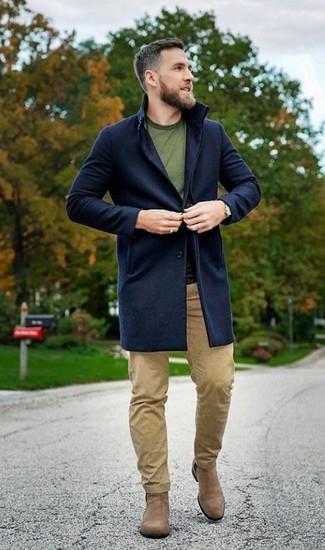 Wie kombinieren: dunkelblauer Mantel, olivgrünes T-Shirt mit einem Rundhalsausschnitt, beige Chinohose, beige Chelsea-Stiefel aus Wildleder