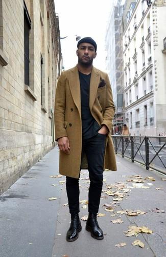 Wie kombinieren: olivgrüner Mantel, schwarzes T-Shirt mit einem Rundhalsausschnitt, schwarze Chinohose, schwarze Lederformelle stiefel