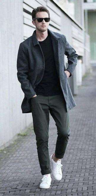Wie kombinieren: dunkelgrauer Mantel, schwarzes T-Shirt mit einem Rundhalsausschnitt, olivgrüne Chinohose, weiße niedrige Sneakers