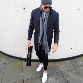 Wie kombinieren: dunkelgrauer Mantel, weißes T-Shirt mit einem Rundhalsausschnitt, schwarze Chinohose, weiße Leder niedrige Sneakers