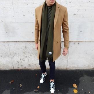 Wie kombinieren: camel Mantel, dunkelgrünes T-Shirt mit einem Rundhalsausschnitt, dunkelblaue Chinohose, olivgrüne Camouflage niedrige Sneakers