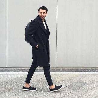 20 Jährige: Schwarze Chinohose kombinieren: trends 2020: Kombinieren Sie einen schwarzen Mantel mit einer schwarzen Chinohose für einen für die Arbeit geeigneten Look. Wenn Sie nicht durch und durch formal auftreten möchten, vervollständigen Sie Ihr Outfit mit schwarzen Slip-On Sneakers.