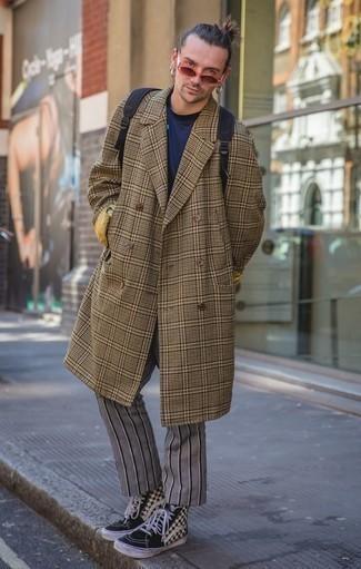 Dunkelgraue Chinohose kombinieren – 500+ Herren Outfits kalt Wetter: Tragen Sie einen braunen Mantel mit Schottenmuster und eine dunkelgraue Chinohose, um einen eleganten, aber nicht zu festlichen Look zu kreieren. Schwarze und weiße hohe Sneakers aus Segeltuch mit Karomuster liefern einen wunderschönen Kontrast zu dem Rest des Looks.