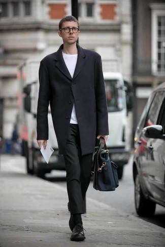 Dunkelblaue Segeltuch Aktentasche kombinieren: trends 2020: Kombinieren Sie einen schwarzen Mantel mit einer dunkelblauen Segeltuch Aktentasche für einen entspannten Wochenend-Look. Fühlen Sie sich mutig? Vervollständigen Sie Ihr Outfit mit schwarzen Leder Derby Schuhen.