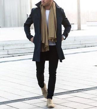 Beige Schal kombinieren – 193 Herren Outfits: Für ein bequemes Couch-Outfit, tragen Sie einen dunkelblauen Mantel und einen beige Schal. Fühlen Sie sich ideenreich? Entscheiden Sie sich für hellbeige Chelsea Boots aus Wildleder.