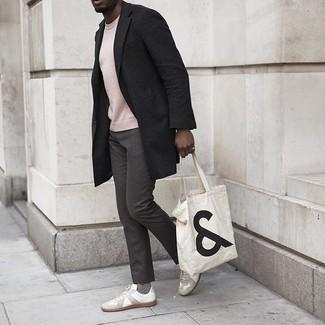 Dunkelgraue Chinohose kombinieren – 500+ Herren Outfits kalt Wetter: Tragen Sie einen schwarzen Mantel und eine dunkelgraue Chinohose für einen für die Arbeit geeigneten Look. Fühlen Sie sich ideenreich? Entscheiden Sie sich für weißen Segeltuch niedrige Sneakers.
