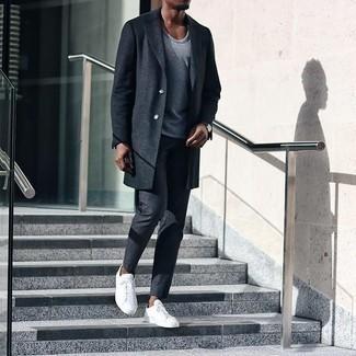 Dunkelgraue Chinohose kombinieren – 500+ Herren Outfits kalt Wetter: Kombinieren Sie einen dunkelgrauen Mantel mit einer dunkelgrauen Chinohose, um einen modischen Freizeitlook zu kreieren. Warum kombinieren Sie Ihr Outfit für einen legereren Auftritt nicht mal mit weißen Segeltuch niedrigen Sneakers?