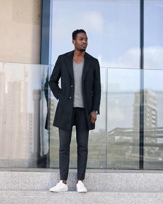 Dunkelgraue Chinohose kombinieren – 500+ Herren Outfits kalt Wetter: Vereinigen Sie einen dunkelblauen Mantel mit einer dunkelgrauen Chinohose, wenn Sie einen gepflegten und stylischen Look wollen. Weiße Segeltuch niedrige Sneakers liefern einen wunderschönen Kontrast zu dem Rest des Looks.