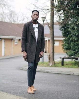 Dunkelgraue Chinohose kombinieren – 500+ Herren Outfits kalt Wetter: Erwägen Sie das Tragen von einem dunkelgrauen Mantel und einer dunkelgrauen Chinohose, wenn Sie einen gepflegten und stylischen Look wollen. Beige Leder niedrige Sneakers leihen Originalität zu einem klassischen Look.