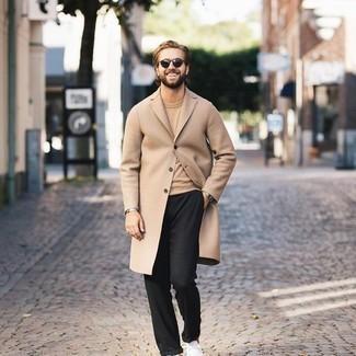 Dunkelgrüne Sonnenbrille kombinieren – 981+ Herren Outfits: Erwägen Sie das Tragen von einem camel Mantel und einer dunkelgrünen Sonnenbrille für einen entspannten Wochenend-Look. Weiße Segeltuch niedrige Sneakers fügen sich nahtlos in einer Vielzahl von Outfits ein.
