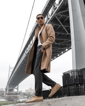 Dunkelgraue Chinohose kombinieren – 500+ Herren Outfits kalt Wetter: Erwägen Sie das Tragen von einem camel Mantel und einer dunkelgrauen Chinohose, wenn Sie einen gepflegten und stylischen Look wollen. Bringen Sie die Dinge durcheinander, indem Sie beige Wildleder niedrige Sneakers mit diesem Outfit tragen.