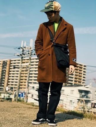 Braunen Mantel kombinieren – 594+ Herren Outfits: Vereinigen Sie einen braunen Mantel mit einer schwarzen Chinohose, um einen eleganten, aber nicht zu festlichen Look zu kreieren. Schwarze und weiße Segeltuch niedrige Sneakers leihen Originalität zu einem klassischen Look.