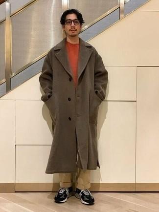 Braunen Mantel kombinieren – 594+ Herren Outfits: Entscheiden Sie sich für einen braunen Mantel und eine beige Chinohose für Drinks nach der Arbeit. Schwarze und weiße Sportschuhe liefern einen wunderschönen Kontrast zu dem Rest des Looks.