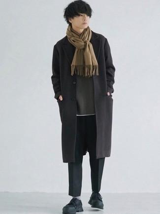 Teenager: Outfits Herren 2021: Kombinieren Sie einen schwarzen Mantel mit einer schwarzen Chinohose, um einen modischen Freizeitlook zu kreieren. Bringen Sie die Dinge durcheinander, indem Sie schwarzen Sportschuhe mit diesem Outfit tragen.