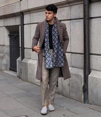 kühl Wetter Outfits Herren 2021: Kombinieren Sie einen braunen Mantel mit einer beige Chinohose für Ihren Bürojob. Schalten Sie Ihren Kleidungsbestienmodus an und machen grauen Wildleder Slipper zu Ihrer Schuhwerkwahl.