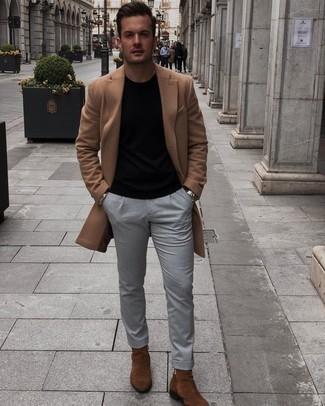 Schwarzes T-Shirt mit einem Rundhalsausschnitt kombinieren – 500+ Herren Outfits kühl Wetter: Vereinigen Sie ein schwarzes T-Shirt mit einem Rundhalsausschnitt mit einer grauen Chinohose für ein großartiges Wochenend-Outfit. Fühlen Sie sich ideenreich? Entscheiden Sie sich für braunen Chelsea Boots aus Wildleder.