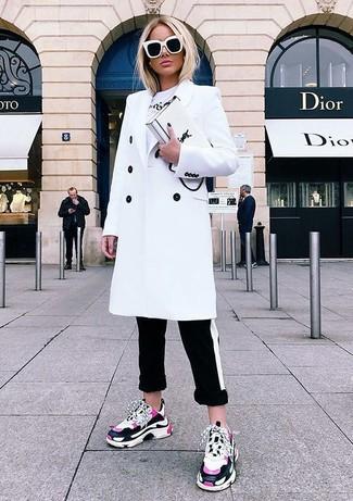 Wie kombinieren: weißer Mantel, weißes bedrucktes T-Shirt mit einem Rundhalsausschnitt, schwarze und weiße horizontal gestreifte enge Hose, fuchsia Sportschuhe