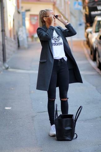 Weiße Sportschuhe kombinieren – 122 Damen Outfits: Möchten Sie einen mühelosen, entspannten Look zaubern, ist diese Paarung aus einem dunkelgrauen Mantel und schwarzen engen Jeans mit Destroyed-Effekten ganz gut. Wenn Sie nicht durch und durch formal auftreten möchten, ergänzen Sie Ihr Outfit mit weißen Sportschuhen.