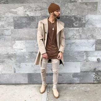 Wie kombinieren: beiger Mantel, braunes T-Shirt mit einem Rundhalsausschnitt, graue enge Jeans mit Destroyed-Effekten, hellbeige Chelsea-Stiefel aus Wildleder