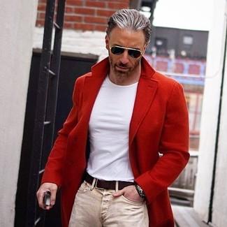 Hellbeige enge Jeans kombinieren: trends 2020: Entscheiden Sie sich für einen roten Mantel und hellbeige enge Jeans, um einen lockeren, aber dennoch stylischen Look zu erhalten.
