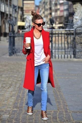 Wie kombinieren: roter Mantel, weißes T-Shirt mit einem Rundhalsausschnitt, hellblaue enge Jeans mit Destroyed-Effekten, braune hohe Sneakers