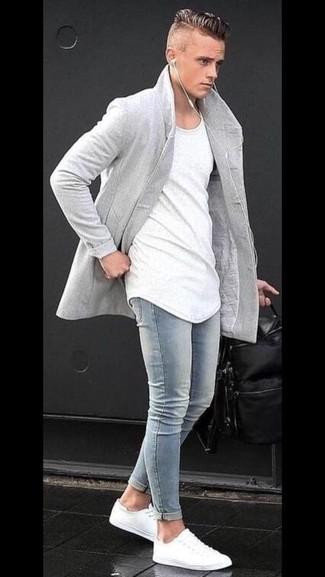 Wie kombinieren: grauer Mantel, weißes T-Shirt mit einem Rundhalsausschnitt, hellblaue enge Jeans, weiße niedrige Sneakers