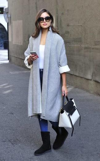 Damen Outfits 2020: Probieren Sie die Paarung aus einem grauen Mantel und blauen engen Jeans, umein lässiges Outfit zu erzeugen, der in der Garderobe der Frau nicht fehlen darf. Wählen Sie die legere Option mit schwarzen Ugg Stiefeln.