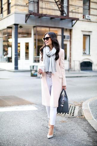 Wie kombinieren: rosa Mantel, graues T-Shirt mit einem Rundhalsausschnitt, weiße enge Jeans, weiße Leder Pumps
