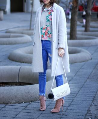 Wie kombinieren: grauer Mantel, graues T-Shirt mit einem Rundhalsausschnitt mit Blumenmuster, blaue enge Jeans mit Destroyed-Effekten, rosa Wildleder Sandaletten