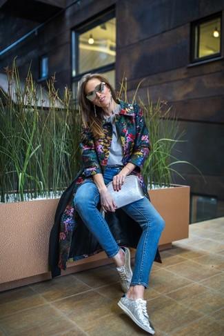 Wie kombinieren: mehrfarbiger Mantel mit Blumenmuster, graues T-Shirt mit einem Rundhalsausschnitt, blaue enge Jeans, silberne Paillette niedrige Sneakers