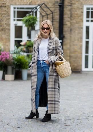 Wie kombinieren: hellbeige Mantel mit Schottenmuster, weißes T-Shirt mit einem Rundhalsausschnitt, blaue enge Jeans, schwarze Schnürstiefeletten aus Wildleder