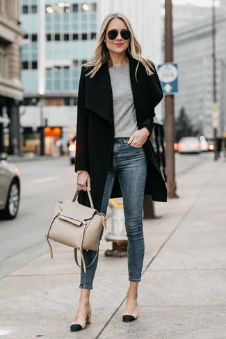 Wie kombinieren: schwarzer Mantel, graues T-Shirt mit einem Rundhalsausschnitt, dunkelblaue enge Jeans, schwarze und gelbbraune Leder Pumps