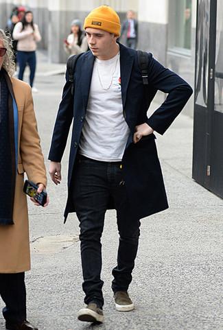 Wie kombinieren: dunkelblauer Mantel, weißes T-Shirt mit einem Rundhalsausschnitt, schwarze enge Jeans, olivgrüne Slip-On Sneakers aus Segeltuch