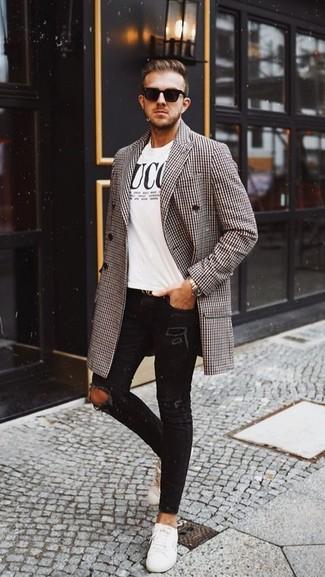 Weiße Leder niedrige Sneakers kombinieren: lässige Outfits für kalt Wetter: trends 2020: Kombinieren Sie einen braunen Mantel mit Hahnentritt-Muster mit schwarzen engen Jeans mit Destroyed-Effekten für einen entspannten Wochenend-Look. Fühlen Sie sich ideenreich? Ergänzen Sie Ihr Outfit mit weißen Leder niedrigen Sneakers.