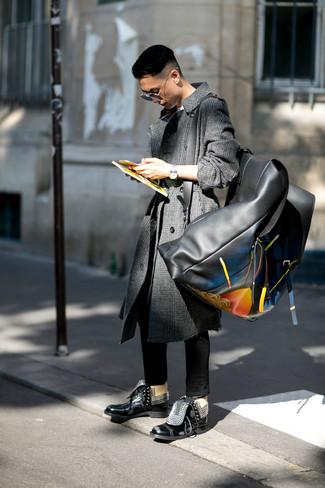 Wie kombinieren: dunkelgrauer Mantel mit Schottenmuster, weißes T-Shirt mit einem Rundhalsausschnitt, schwarze enge Jeans, schwarze Lederfreizeitstiefel