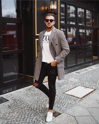 Weiße Leder niedrige Sneakers kombinieren: lässige Outfits für kalt Wetter: trends 2020: Halten Sie Ihr Outfit locker mit einem schwarzen und weißen Mantel mit Vichy-Muster und schwarzen engen Jeans mit Destroyed-Effekten. Fühlen Sie sich mutig? Vervollständigen Sie Ihr Outfit mit weißen Leder niedrigen Sneakers.