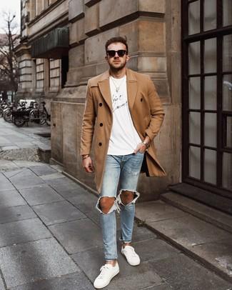 Weiße Leder niedrige Sneakers kombinieren: lässige Outfits für kalt Wetter: trends 2020: Kombinieren Sie einen camel Mantel mit hellblauen engen Jeans mit Destroyed-Effekten für ein sonntägliches Mittagessen mit Freunden. Vervollständigen Sie Ihr Look mit weißen Leder niedrigen Sneakers.