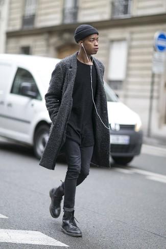 Schwarze Lederfreizeitstiefel kombinieren: trends 2020: Tragen Sie einen dunkelgrauen Mantel und dunkelgrauen enge Jeans für ein sonntägliches Mittagessen mit Freunden. Vervollständigen Sie Ihr Look mit einer schwarzen Lederfreizeitstiefeln.