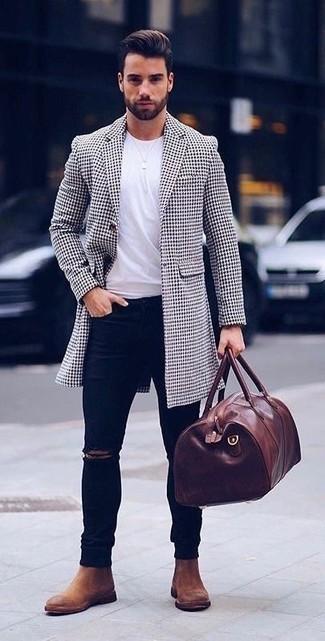 Dunkelblaue enge Jeans mit Destroyed-Effekten kombinieren: trends 2020: Ein weißer und schwarzer Mantel mit Hahnentritt-Muster und dunkelblaue enge Jeans mit Destroyed-Effekten vermitteln eine sorglose und entspannte Atmosphäre. Braune Chelsea Boots aus Wildleder sind eine einfache Möglichkeit, Ihren Look aufzuwerten.